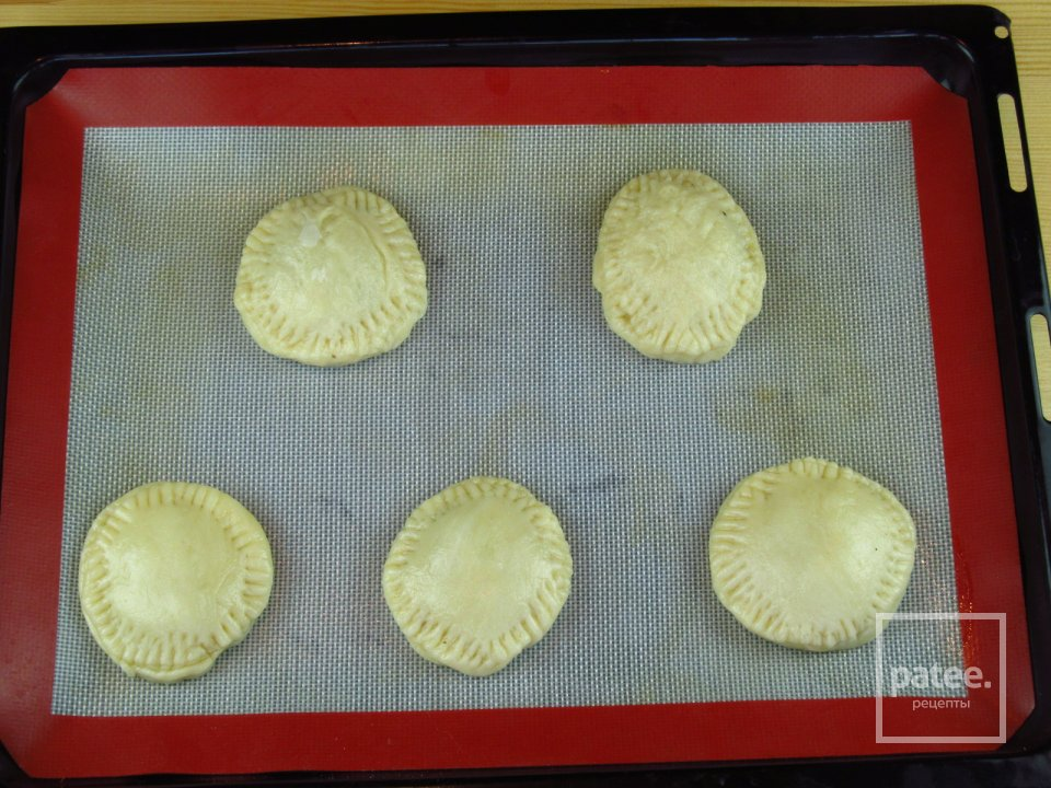 Пирожки в духовке с грибами из песочного теста