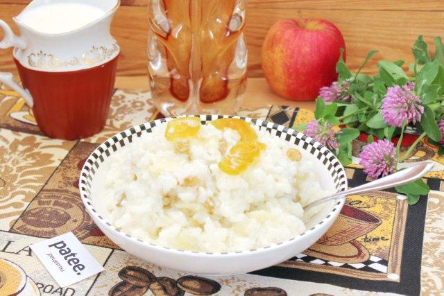 Молочная рисовая каша с яблоками и изюмом в мультиварке