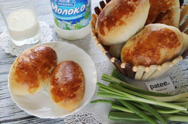 Пирожки с луком и яйцом из дрожжевого теста