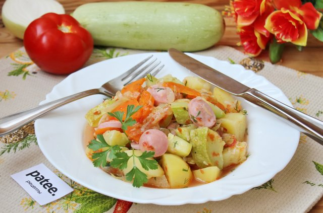 Овощное рагу с кабачками и сосисками
