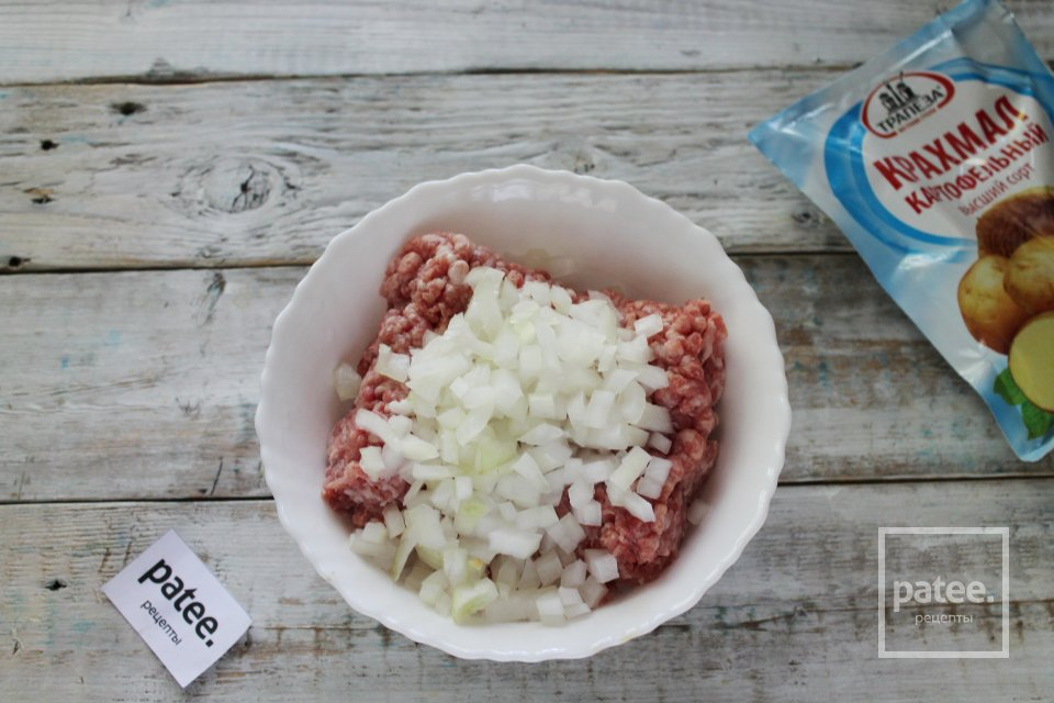 Биточки мясные с крахмалом в сметанном соусе