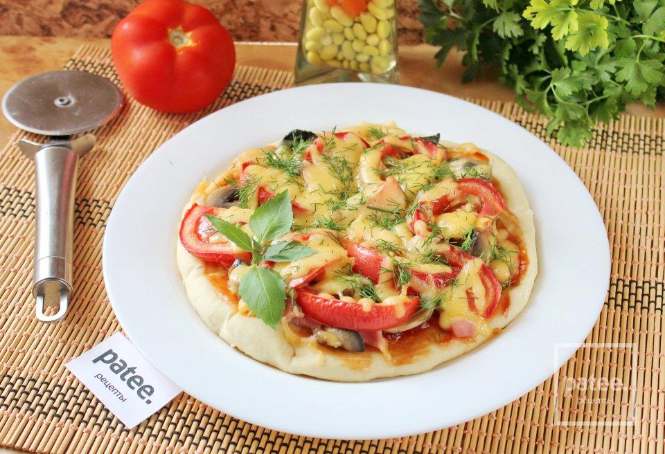 Пицца с маринованными грибами и  ветчиной