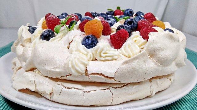 Самый вкусный торт из безе с ягодами