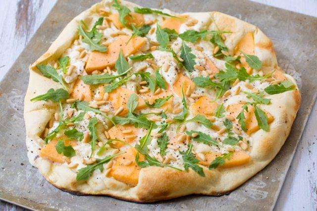 Пицца с дыней и сладкой рикоттой