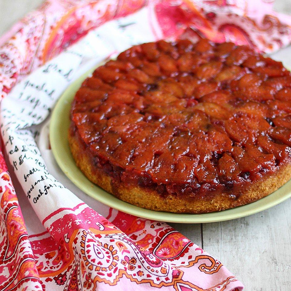 Пирог со сливами, клюквой и карамелью