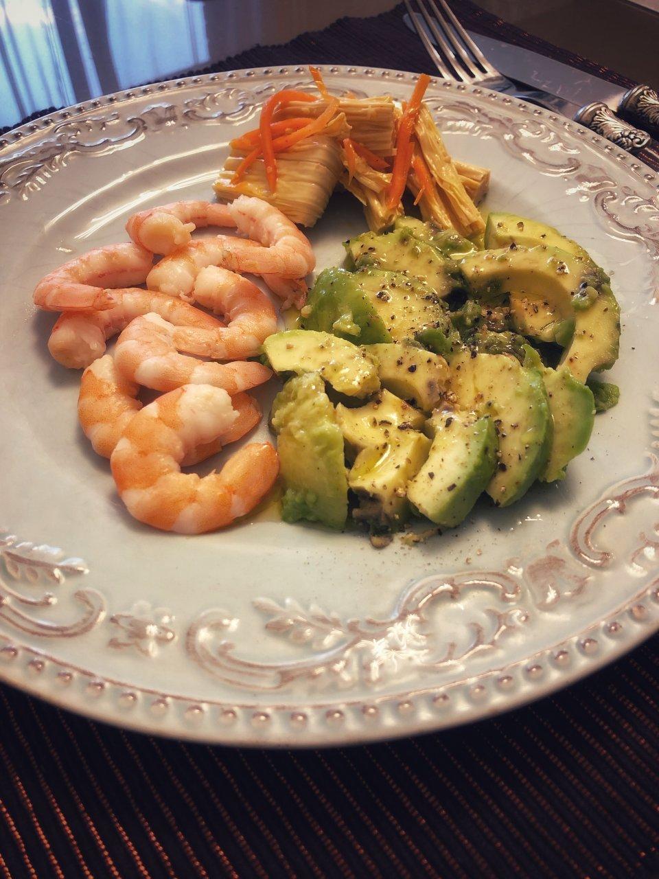 Легкий салат авокадо с креветками 🦐