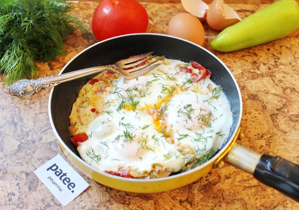 Яичница с перцем, помидорами и луком