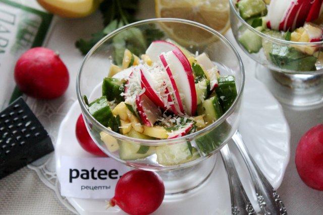 Салат с огурцами, редисом и яблоком