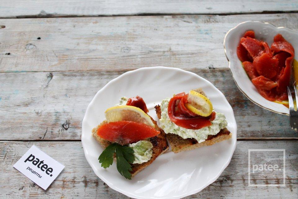 Тосты с авокадо и малосольной красной рыбой