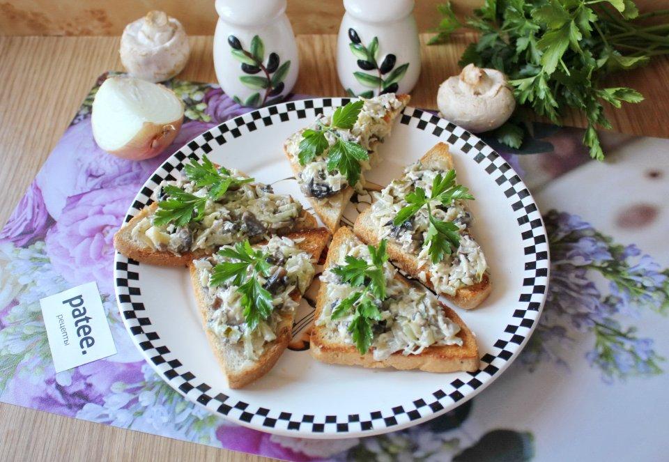 Бутерброды с грибами, сыром и огурцом