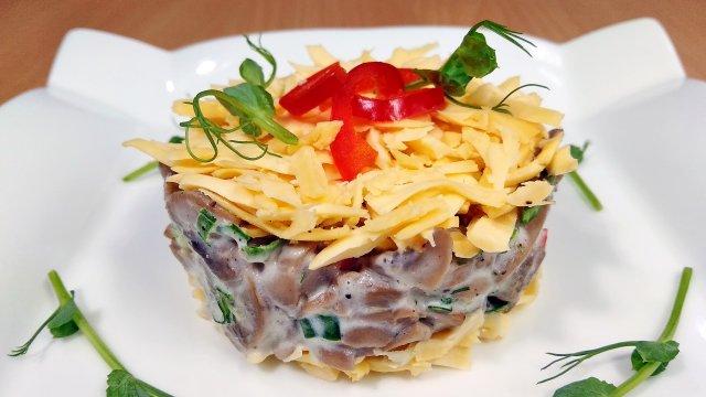 Салат из грибов со сметаной и сыром