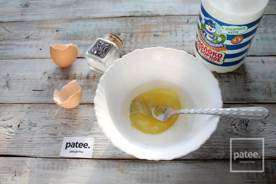Омлет с гавайской смесью на сковороде