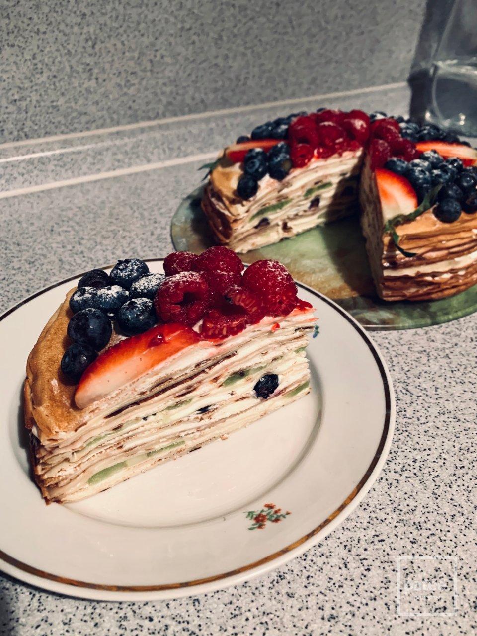 Блинный торт со свежими ягодами.
