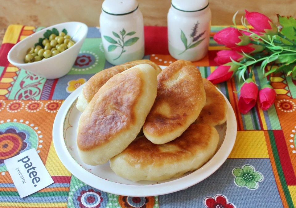 Жареные пирожки с картофелем и зеленым горошком