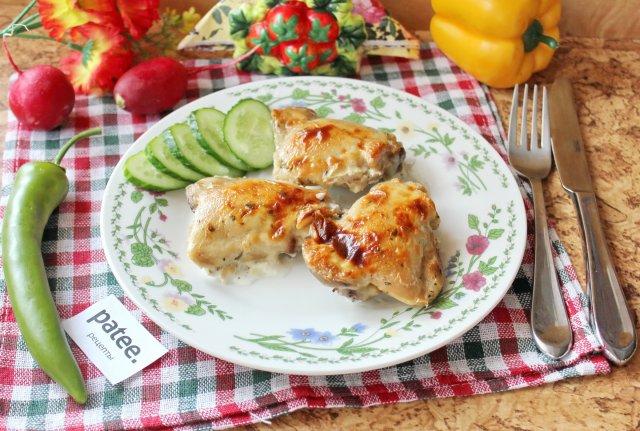 Куриные бедра под сырным соусом в духовке