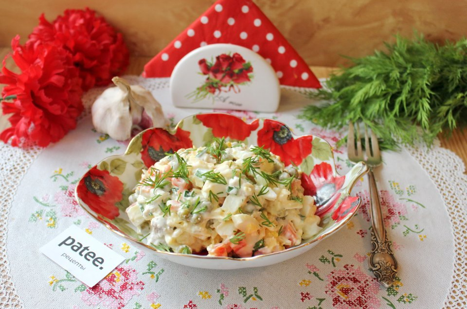 Салат с курицей, зеленым горошком и сыром