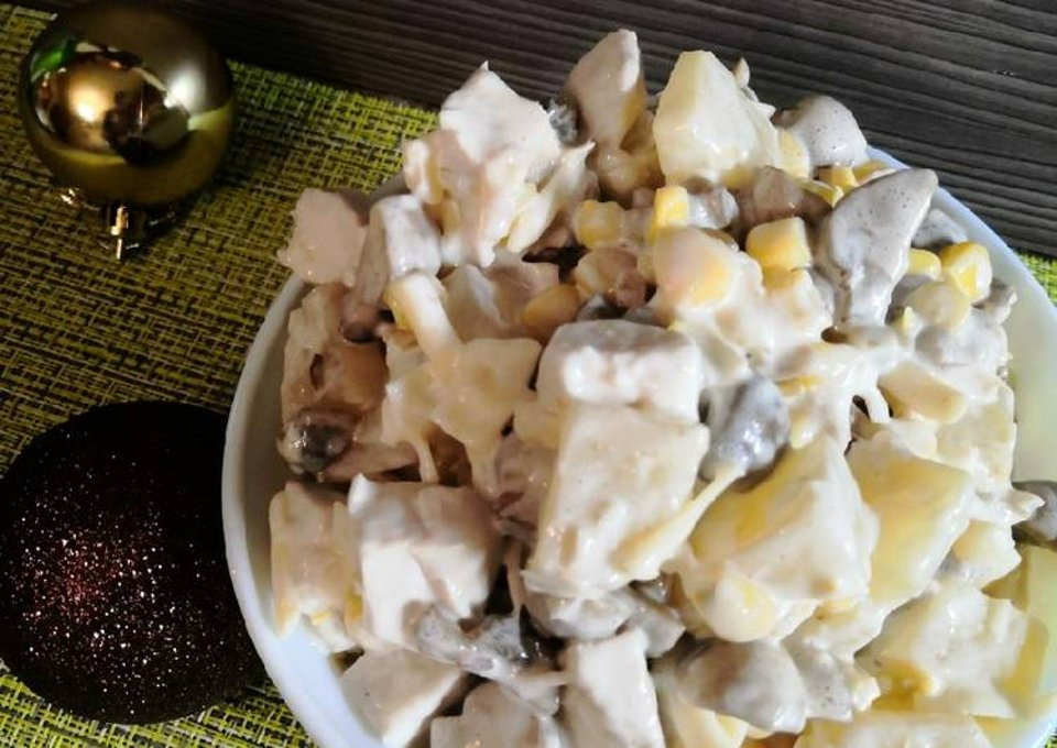 Салат с курицей, шампиньонами и ананасами