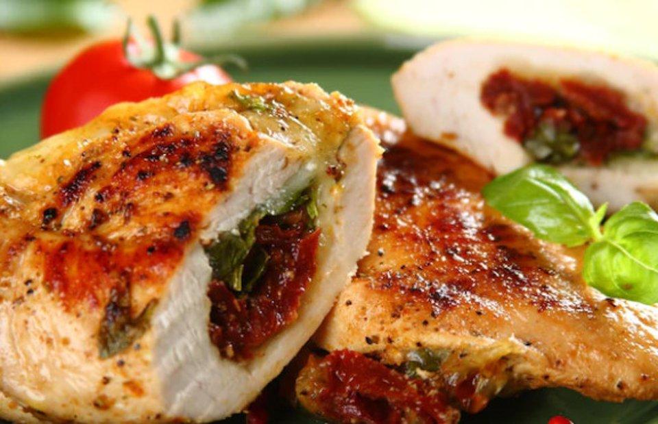 Куриная грудка с вялеными томатами и моцареллой
