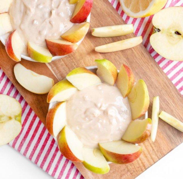 Яблоки с соусом из йогурта и арахисового масла