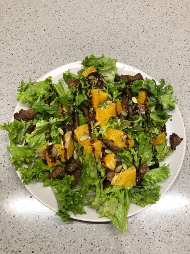 Салат с говядиной и апельсином