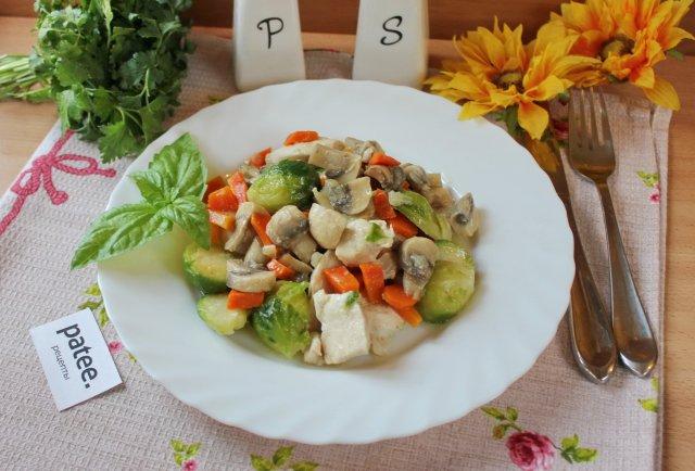 Куриное филе с грибами и брюссельской капустой