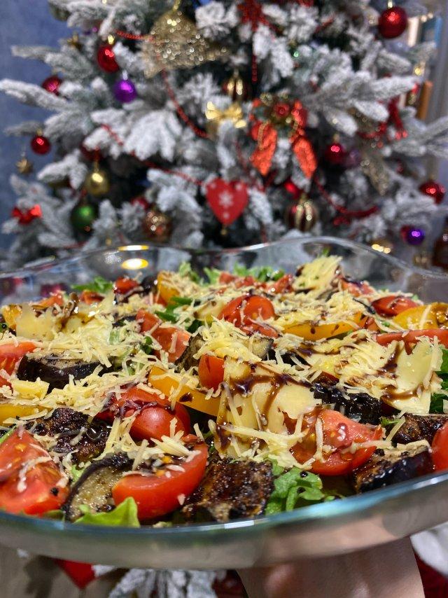 Салат с баклажанами и томатами.