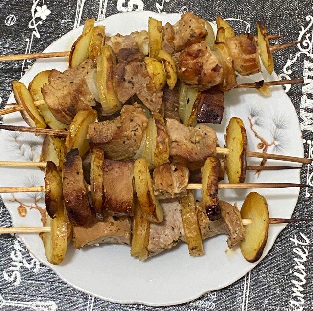 Шашлычки из свинины с молодым картофелем в цитрусовом маринаде в духовке