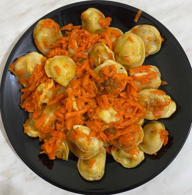 Тушеные пельмени 🥟 с морковью 🥕 и луком 🧅