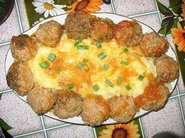 Паровые ежики с картофельным пюре в мультиварке