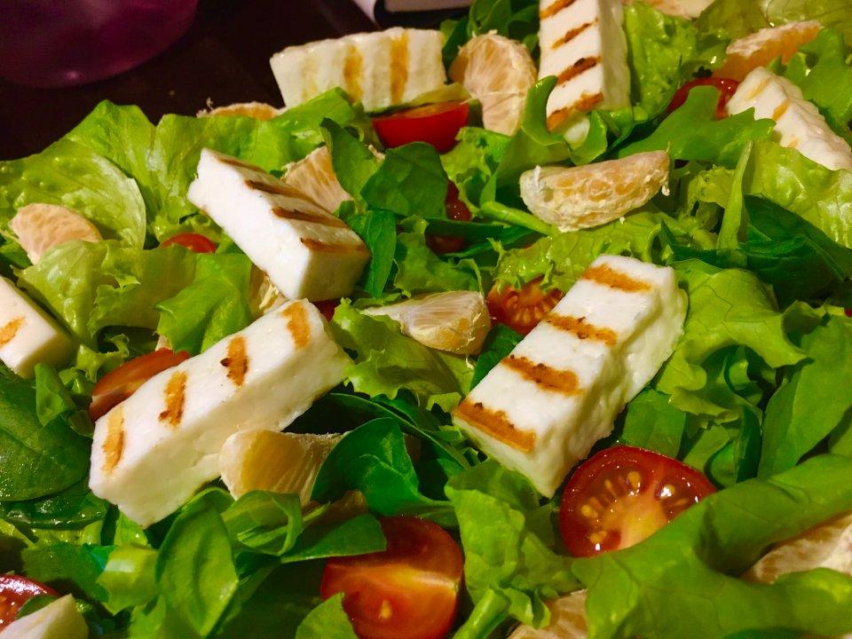 Салат с жареным сыром и мандаринами.