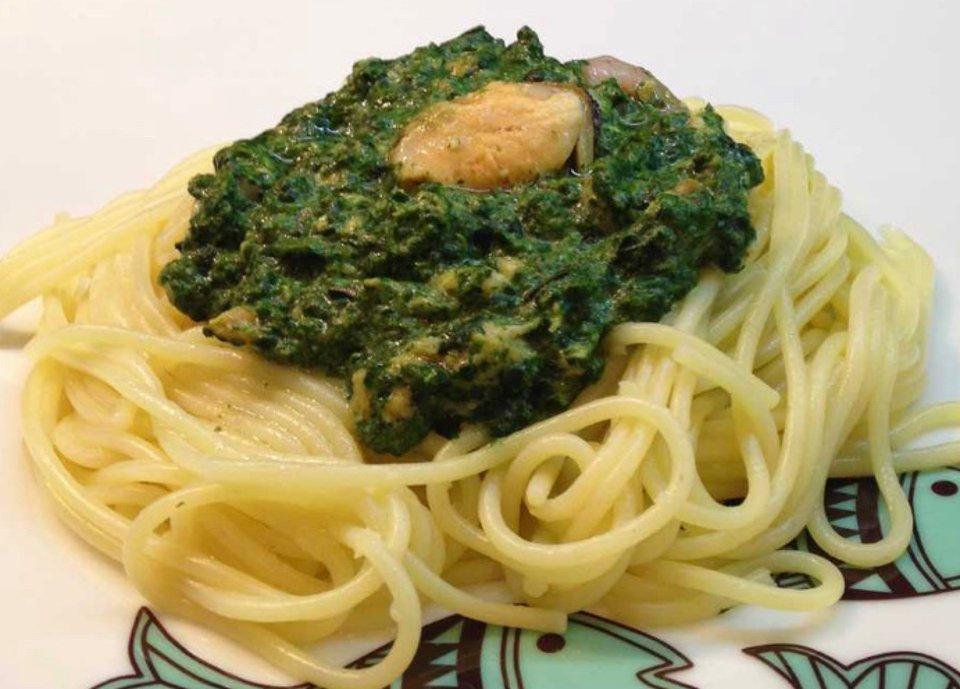 Спагетти с соусом из шпината и тунца