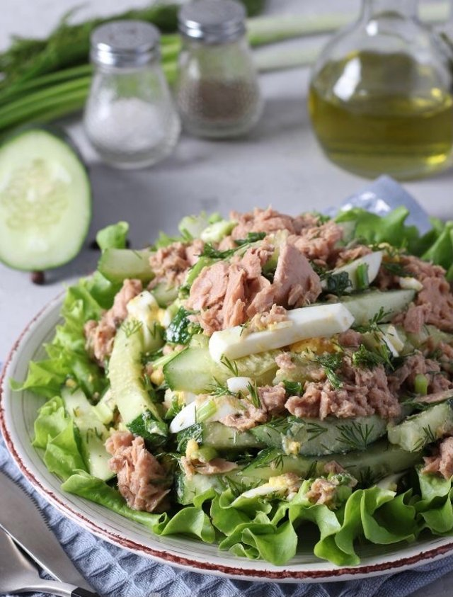 Салат с тунцом, огурцом, яйцом и зелёным луком 🥗