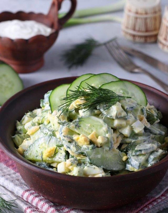 Салат с яйцом, огурцом, зелёным луком и сыром 🥗