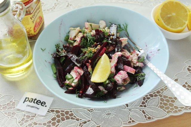 Салат со свёклой, курицей и фетаксой
