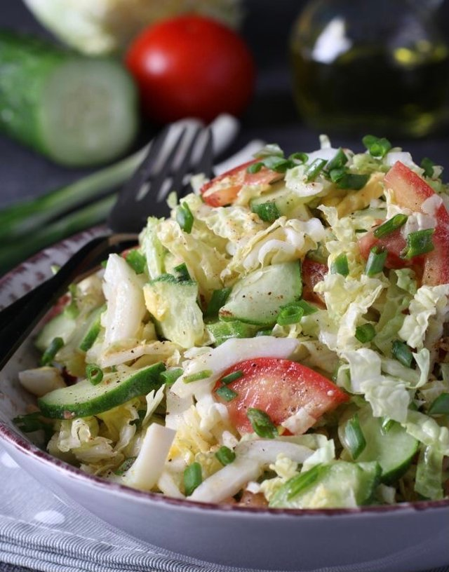Салат с пекинской капустой, огурцом, помидором и яйцом🥗
