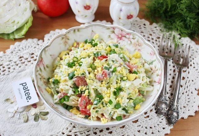 Салат с молодой капустой, сыром и помидорами