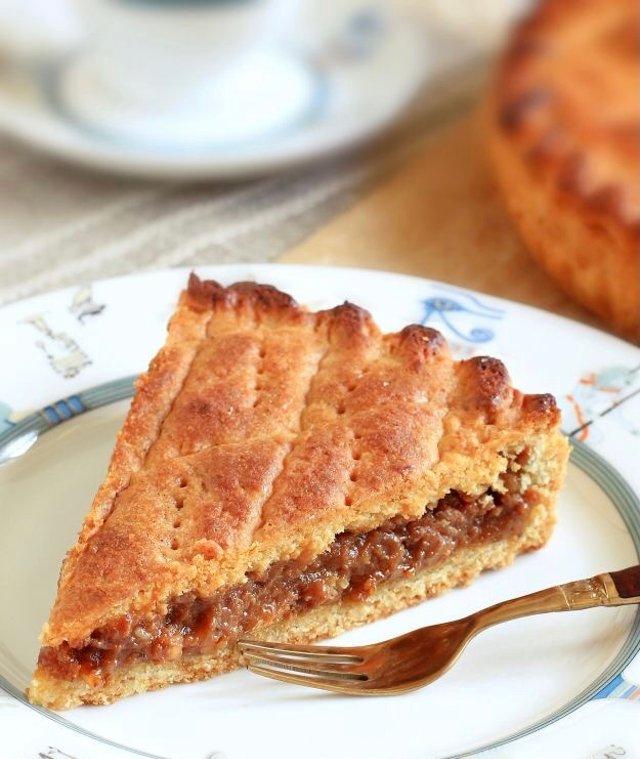 Пирог с варенной сгущенкой и грецкими орехами 🍮